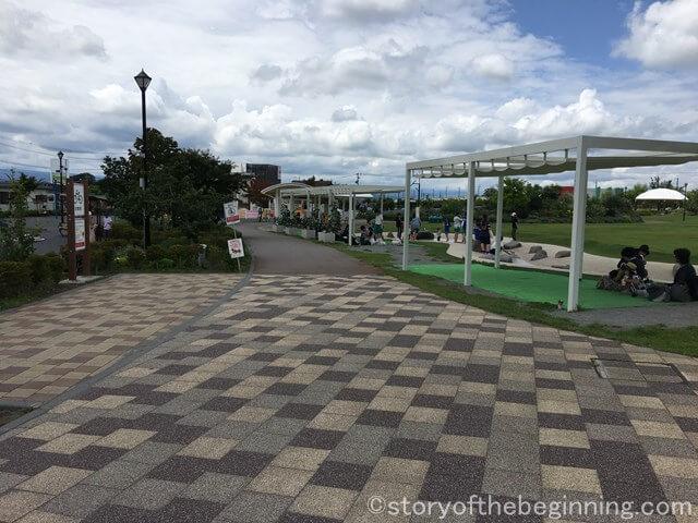 佐久市市民交流ひろばの水景施設にある休憩スペース