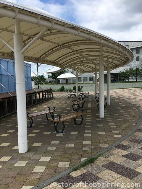 佐久市市民交流ひろばの出会いの散歩道の屋根付きベンチ