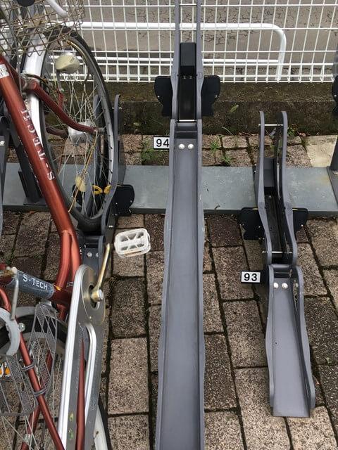 シリウスエントランス正面駐輪場のタイヤはめ込み口